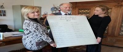 Il Cavaliere Giampiero Bianchini dona all'ITE l'elenco artistico, realizzato a mano, dei presidi della scuola